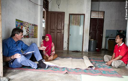 nous contrôlons: en Indonésie, un évaluateur s'entretient avec des victimes du tsunami de 2004 qui ont reçu de l'aide de la Chaîne du Bonheur.