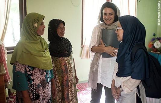 Eine Evaluatorin befragt Opfer des Tsunamis zu den Hilfsprojekten.