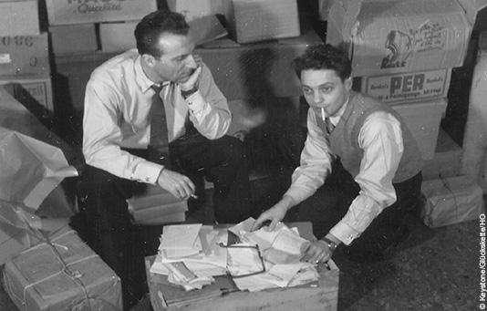 Der Radio-Reporter Roger Nordmann, rechts, und der Entertainer Jack Rollan, links, die beiden Gründer der Glueckskette im November 1946.