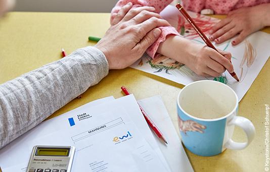La Catena della Solidarietà aiuta le persone in difficoltà finanziarie in Svizzera