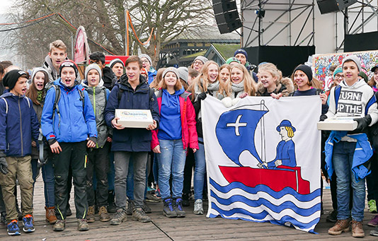 A class of schoolkids organizes a fundraising event for 'Jeder Rappen zählt' in Lucerne