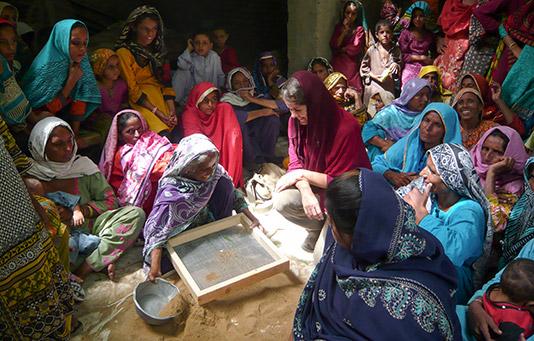 Expertin der Projektkommission während eines Projektbesuches in Pakistan.