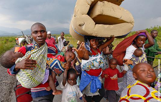 Menschen auf der Flucht zwischen Goma and Sake im Osten der Demokratischen Republik Kongo.