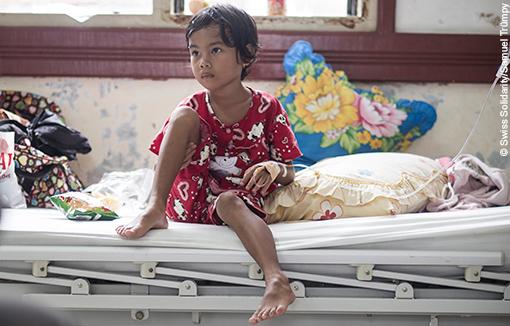 Una bambina aspetta di essere curata all'ospedale di Meulaboh, Indonesia.