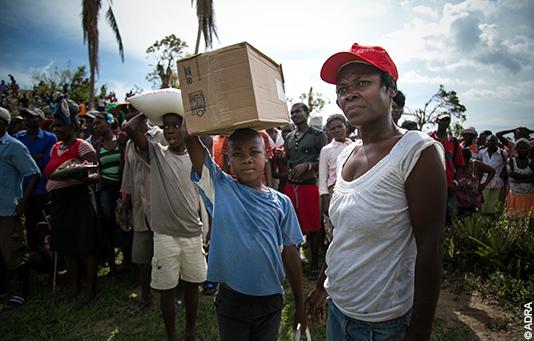 Unser Partnerhilfswerk ADRA verteilt nach dem Wirbelsturm Matthew auf Haiti Nothilfegüter.