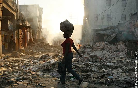 Eine Frau läuft durch ein vom Erdbeben zerstörtes Quartier von Port-au-Prince, Haiti.