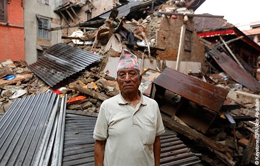 Ein Nepalese vor seinem vom Erdbeben zerstörten Haus.