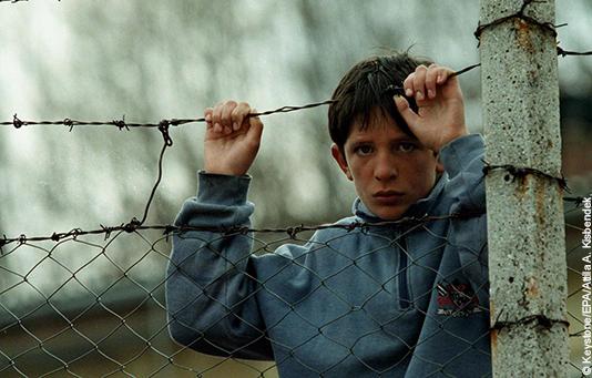 Ein Flüchtlingsjunge an der Grenze zu Mazedonien, wo seine Familie Unterschlupf gefunden hat.