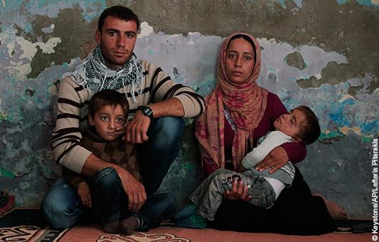 Eine syrische Flüchtlingsfamilie mit ihren zwei kleinen Söhnen